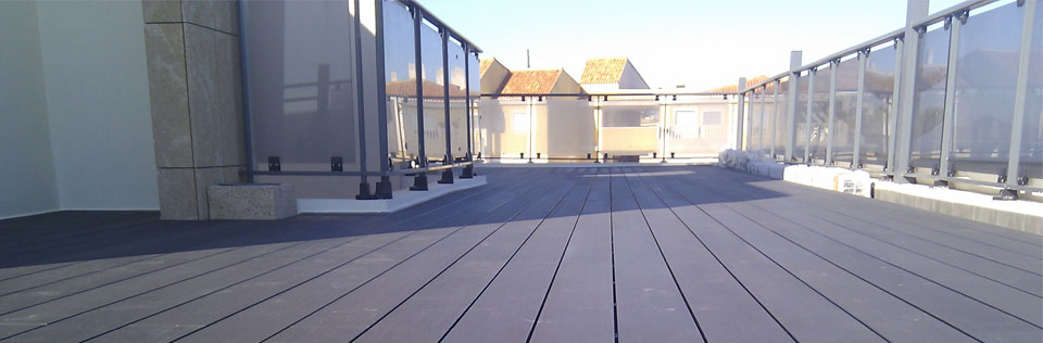 Tarima madera sintética en terraza de ático