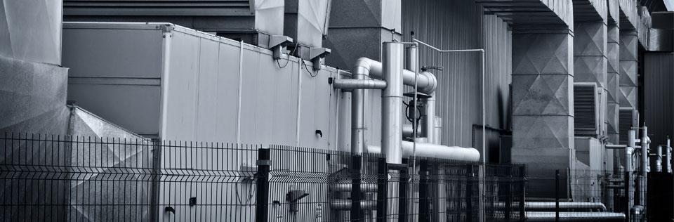 Exterior de una fábrica donde se producen materiales fabricados con madera sintetica