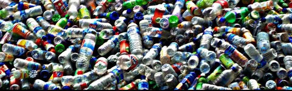 Botellas de plástico para recciclar y convertir en productos revalorizados como madera sintética.